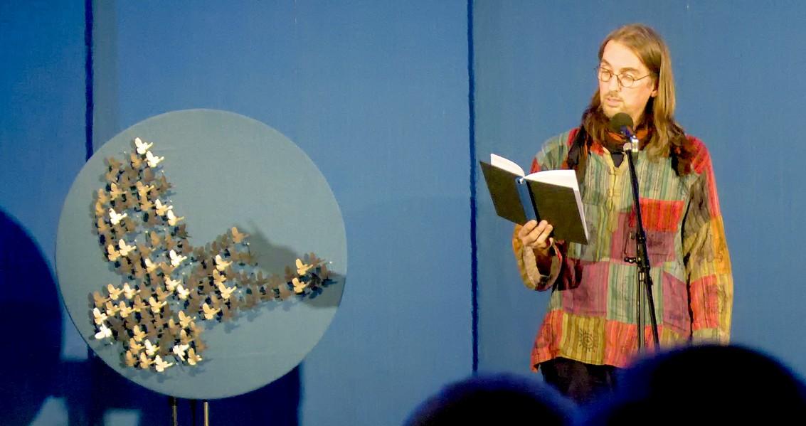 Peter Coon mit Friedenstauben