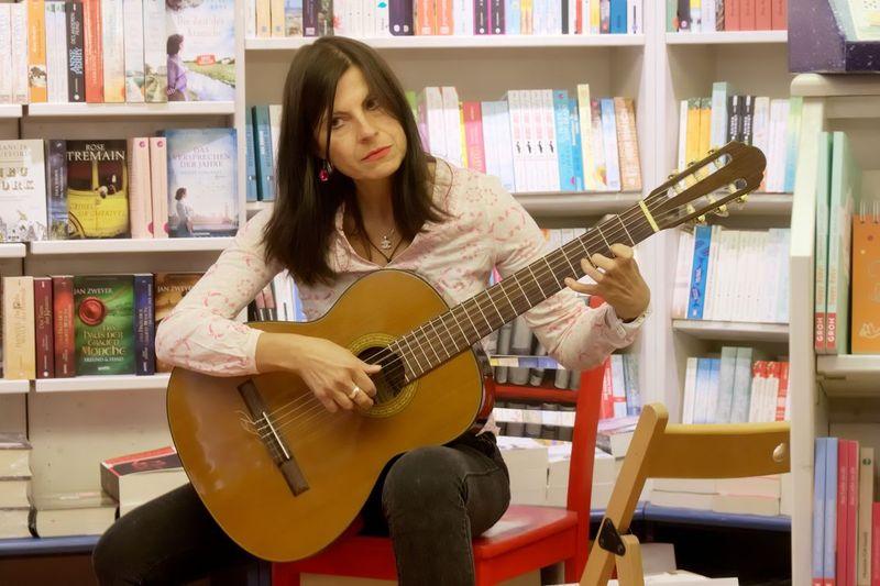 Velina van der Gaag an der Gitarre